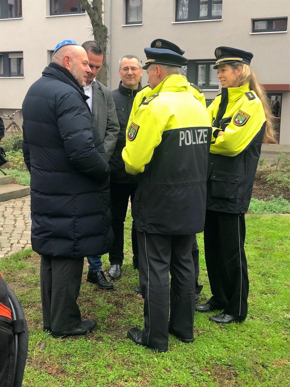 Max Privorozki dankt Polizisten in Halle 8.11.2019